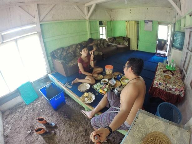 Selesai mengarungi gua, makan siang sudah tersedia, siap disantap. Bisa ganti baju dan bersin-bersih di rumah penduduk.