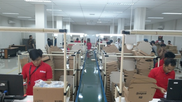 Suasana pengemasan unit smartphone Xiaomi Mi 4i di fasilitas e-fulfillment center milik Erajaya Group yang berlokasi di Cakung, Jakarta Utara.