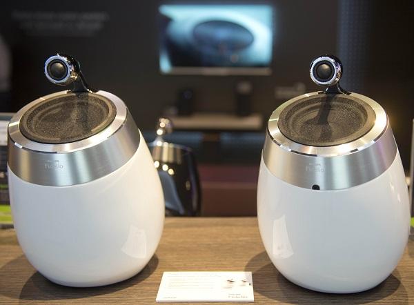 """Philips, perusahaan asal Belanda, itu memang dikenal dengan cukup banyak produk speaker porabel. Yang terbaru, adalah Philips """"Fidelio"""" Soundsphere yang berbentuk seperti membulat seperti telur. Speaker dengan diameter 16,1 inci ini difungsikan untuk ruang tamu, memiliki koneski wi-fi, airplay, serta docking dan aplikasi untuk iDevice. Harganya USD350 (Rp3,5 juta)."""