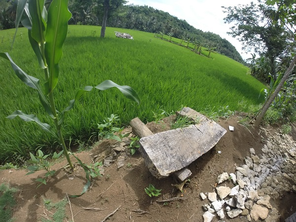 Salah satu spot untuk duduk-duduk di Gua Lalay. Pemandangannya Asyik!