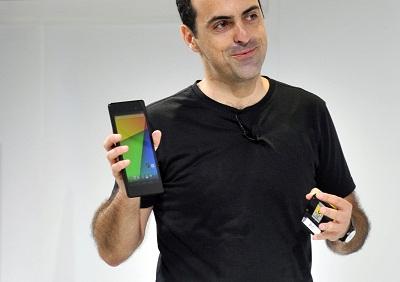 Hugo Barra, Vice President, Android Product Management Google menunjukkan tablet Nexus 7 terbaru.