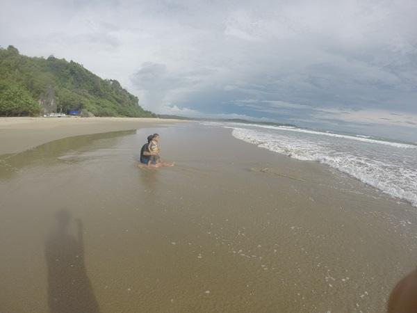 Pantainya datar, dan ombaknya tipis, menurut saya ini pantaik terbaik di Sawarna untuk bermain anak-anak.