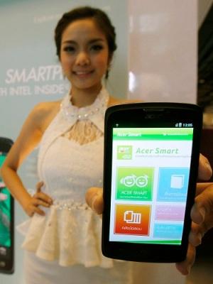 """Model berpose dengan Acer Liquid C1, smartphone pertama dengan logo """"Intel Inside"""" di Indonesia."""