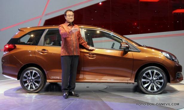 Presiden, CEO, dan Direktur Representatif Honda Motor Co Takanobu Ito saat mengenalkan perdana di dunia (World Premiere) prototip dari produk low MPV Honda Mobilio di ajang Indonesia International Motor Show 2013 di Jakarta, Kamis (19/9) silam.