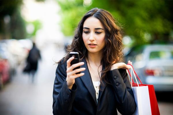 Para wanita modern sudah sangat tergantung pada smartphone untuk menjalankan aktivitas kesehariannya.