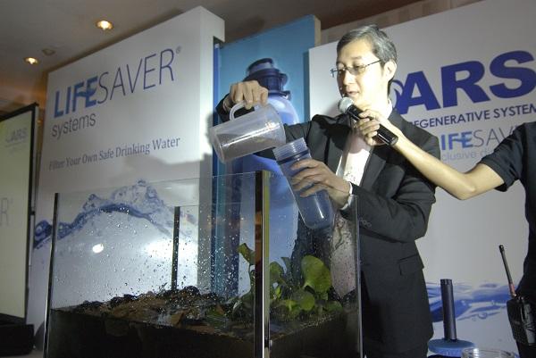 Antonius R. Soelistyo, President Director ARS-Indonesia sedang membuktikan teknologi LIFESAVER Bottle