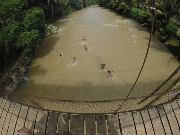 Terkadang Anda bisa melihat anak-anak yang sedang asyik berenang. hmm... padahal sepertinya sungai ini dalam.
