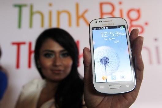 Seorang model menunjukkan telepon pintar Galaxy S3 Mini saat pengenalannya di Jakarta, Selasa (15/1) silam. Galaxy S III Mini yang memiliki ukuran 1/3 lebih kecil dari pendahulunya ditujukan untuk memperkokoh dominasi Samsung di pasar Android, khususnya segmen menengah.