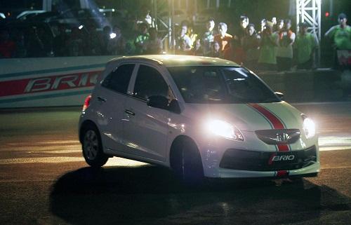 Honda Brio bermanuver di ajang Brio Saturday Night Challenge seri kedua di Parkir Timur Senayan, Jakarta, Sabtu (18/5) silam.