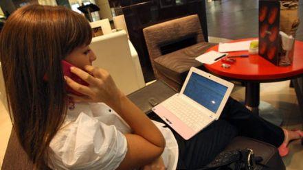 Netbook yang berukuran kecil mudah dibawa dan digunakan untuk bekerja dimana saja.