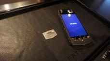 Signature dibagian belakang ponsel yang dapat dilepas.