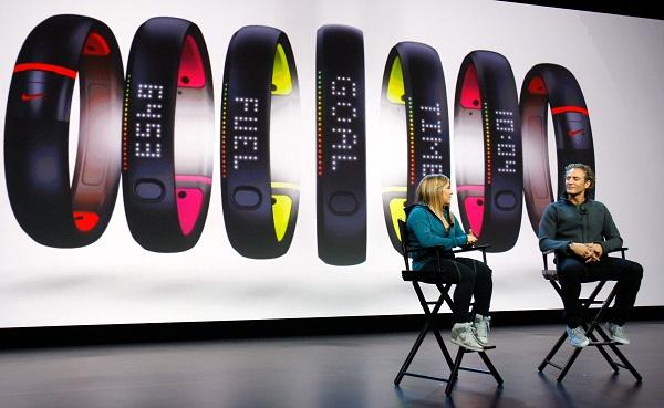 Atlet Olimpiade Shawn Johnson (kiri) dan Vice President Digital Sport Nike, Stefan Olander, berbincang dalam peluncuran NikeFuel terbaru di New York. Perangkat wearable device seperti NikeFuel diperkirakan bakal tinggal landas pada 2014.